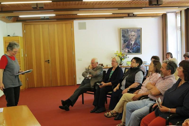 Dagmar Feldmann (Die Hegge) begrüßt Prof. Dr. Bernhard Vogel