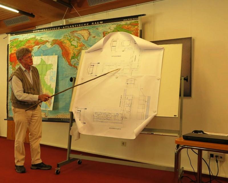 Ditmar Wiegmann zeigt Renovierungspläne des alten Hazienda-Gebäudes