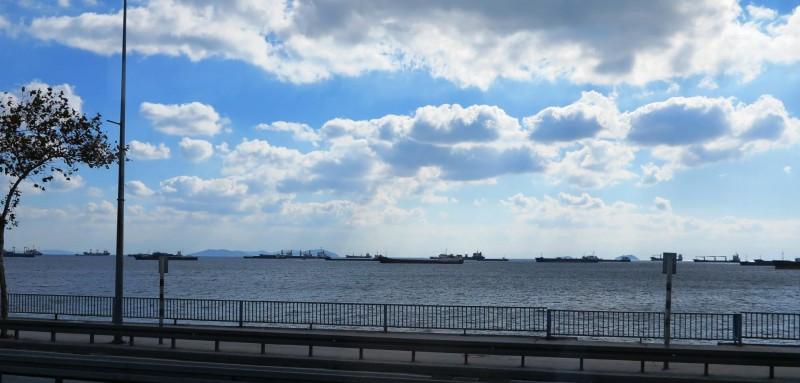 an wartenden Schiffen am Bosporus vorbei