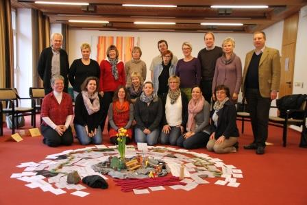 Die Teilnehmenden mit der während des Seminars entwickelten Mitte