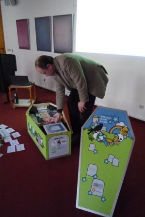 Der Referent Stephan Hadraschek erläutert den Museumskoffer