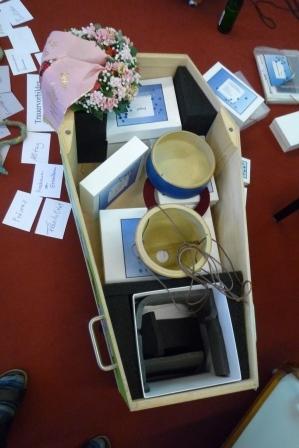 Ein Blick in den Museumskoffer, der anregen soll, sich mit den Themen Sterben und Tod kreativ auseinander zu setzen.