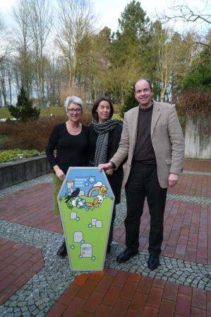 Die Referenten des Seminars: Kornelia Weber, Elke Gehrke und Stephan Hadraschek mit dem Deckel des Museumskoffers Vergissmeinnicht