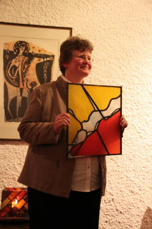Ein besonderes Geschenk: ein Glasfenster des Künstlers Hubert Spierling