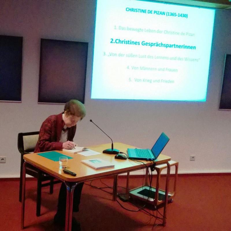 Frau  Dr. Anna Ulrich referiert über Christine de Pizan