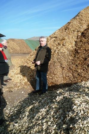 Geschäftsführer Norbert Hofnagel erläutert die Möglichkeiten der thermischen Verwertung von Restholz