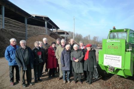 Die Teilnehmer der Winterakademie auf dem Biomassehof in Borlinghausen