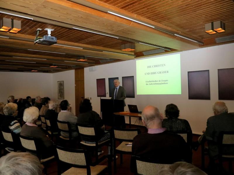 Dr. Norbert Ernst spricht über christliche Bestattungskultur