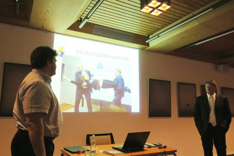 Prof. Helge Peukert bei seiner Präsentation