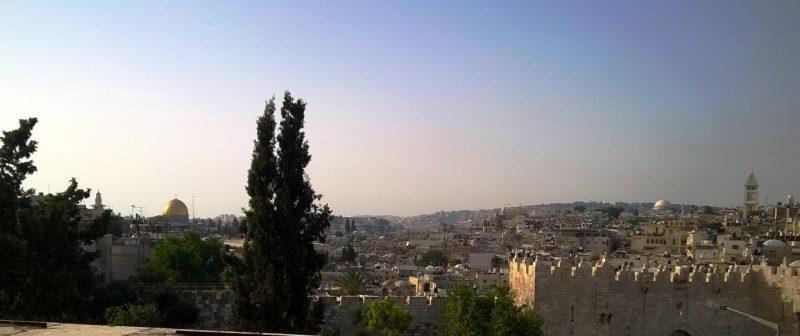 Im Morgenlicht: Blick auf Jerusalems Altstadt von der Dachterrasse des Paulushauses