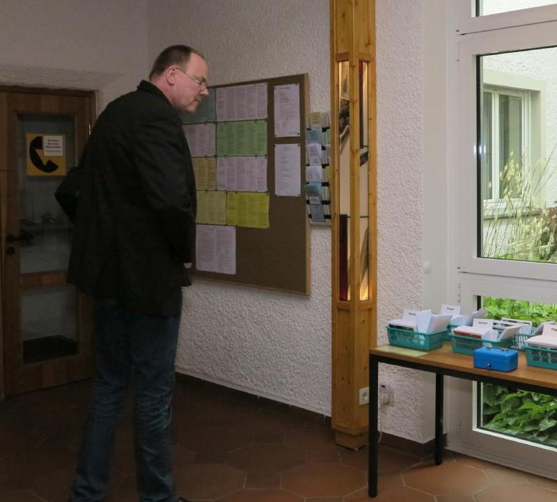 Info-Säule der Hegge.  Entwurf: Gerlach Bente, Ausführung: Glaswerkstatt Peters, Holzarbeit Reinhard Vössing