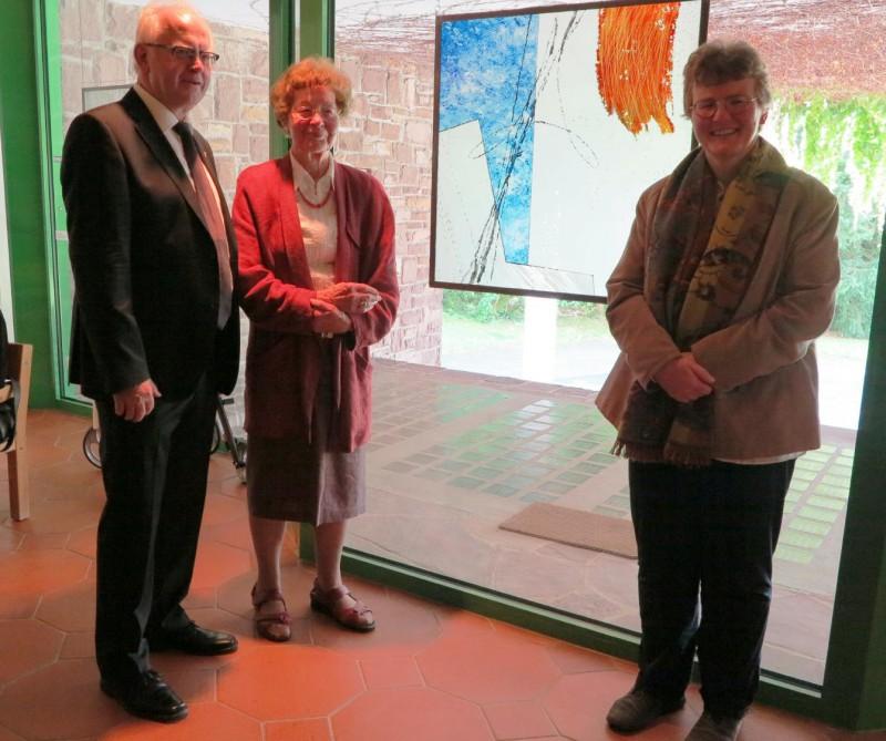 v.l.n.r. Prof. Meyer zu Schlochtern, Dr. Anna Ulich (Hegge) und Dorothee Mann (Hegge) vor der Arbeit des Künstlers Jürgen Drewer