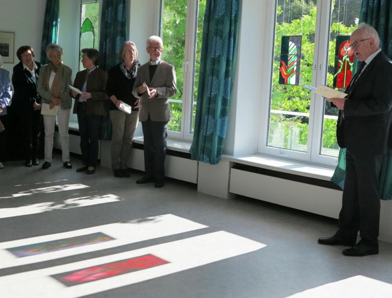 """Projektion der Glasbilder """"Dornbusch"""" und """"Pfingsten"""" des Künstlers Burkhard Siemsen auf den Fußboden"""