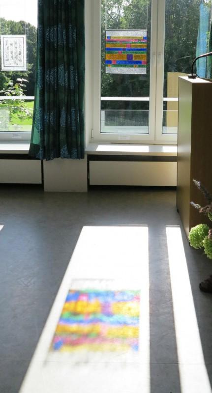 Projektion des Glasbildes von Annegret Riebesel auf den Fußboden des Vortragsraums