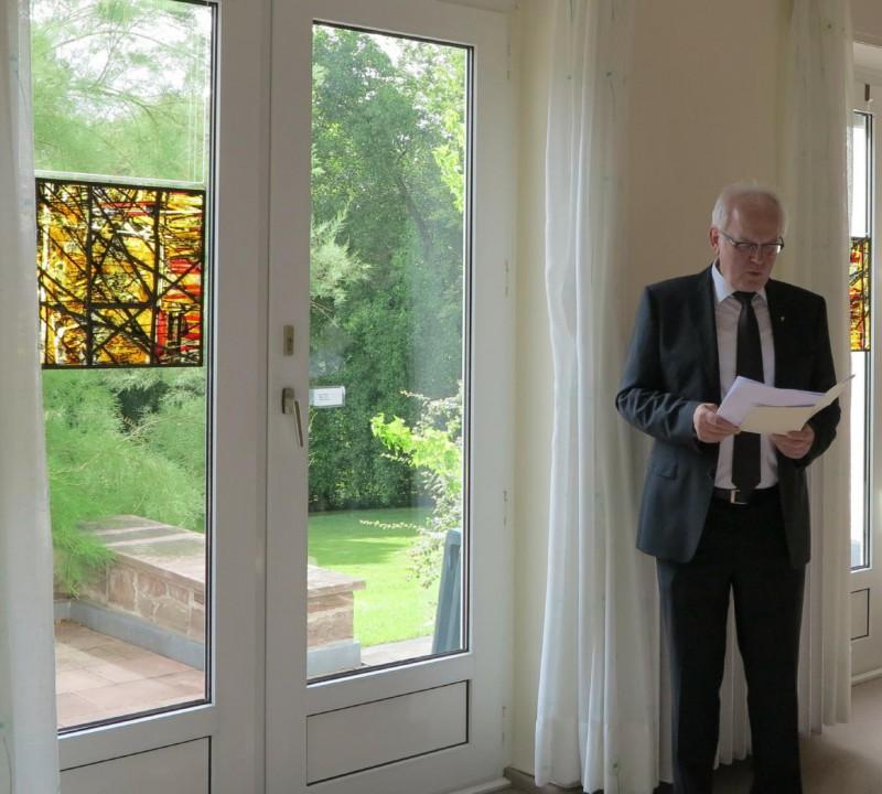 Prof. Meyer zu Schlochtern stellt die Arbeiten von Günter Grohs vor