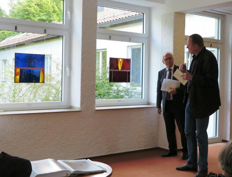 Prof. Meyer zu Schlochtern und Gerlach Bente vor seinen Werken