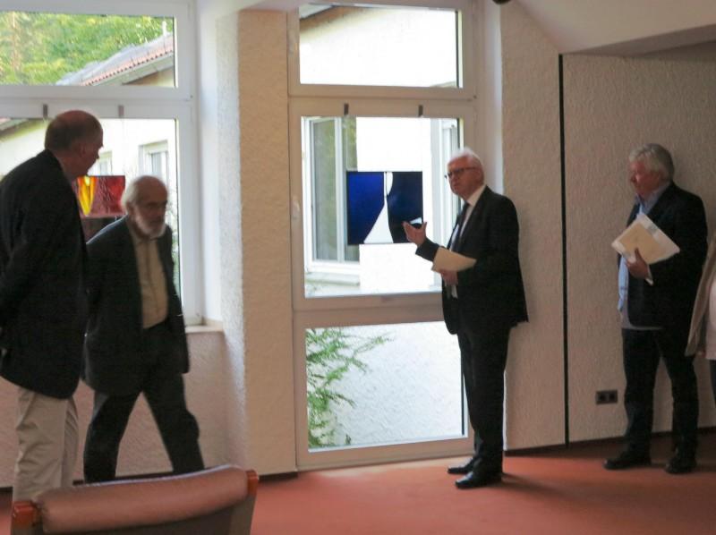 v.l.n.r. Wilhelm Peters (Glasmalerei Peters), Friedrich Höfer, Prof. Meyer zu Schlochtern, Burkhard Siemsen vor einer Glasscheibe des Künstlers Hubert Spierling
