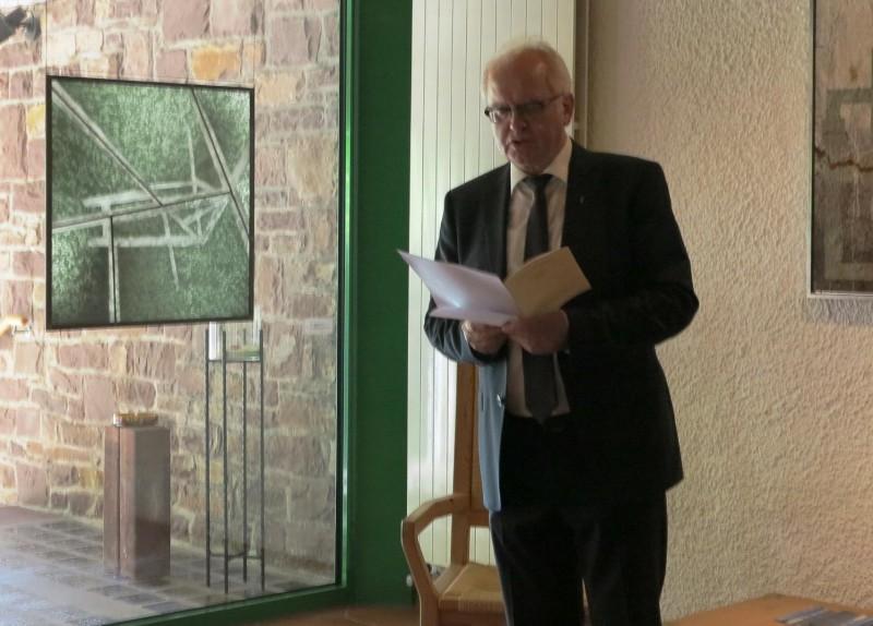 Prof.Meyer zu Schlochtern erläutert ein Werk des Künstlers Jürgen Drewer