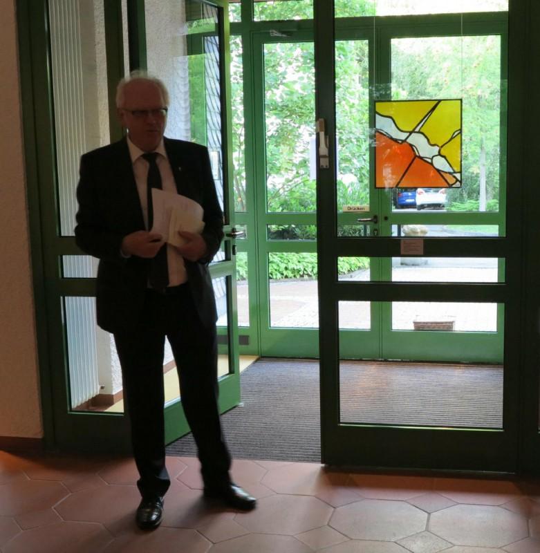 Prof. Meyer zu Schlochtern mit der Kabinettscheibe des Künstlers Hubert Spierling