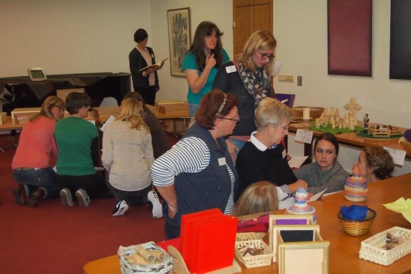 Die Teilnehmerinnen aus Kindergarten, Schule, Studium und Gemeinde erlernen Godly Play