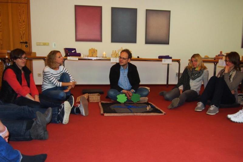 Referent Markus Rischen, Neuss präsentiert eine Godly Play-Geschichte