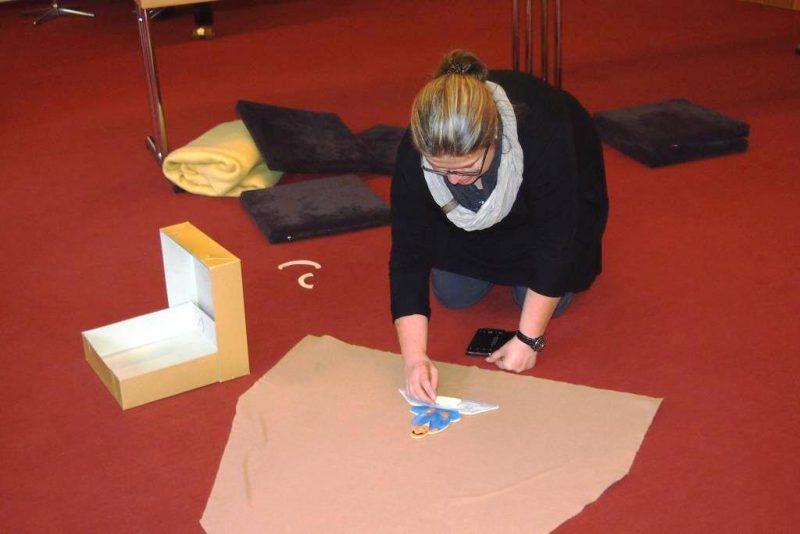 Eine Teilnehmerin spielt ein Gleichnis