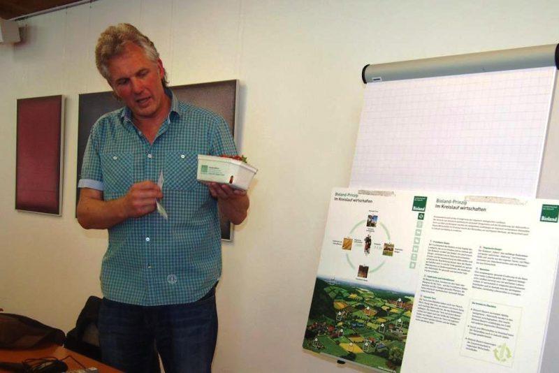Hr. Engemann erläutert die Bioland-Prinzipien