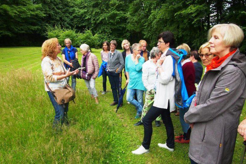 Fr. Schierholz erläutert die Nutzung von Wildpflanzen