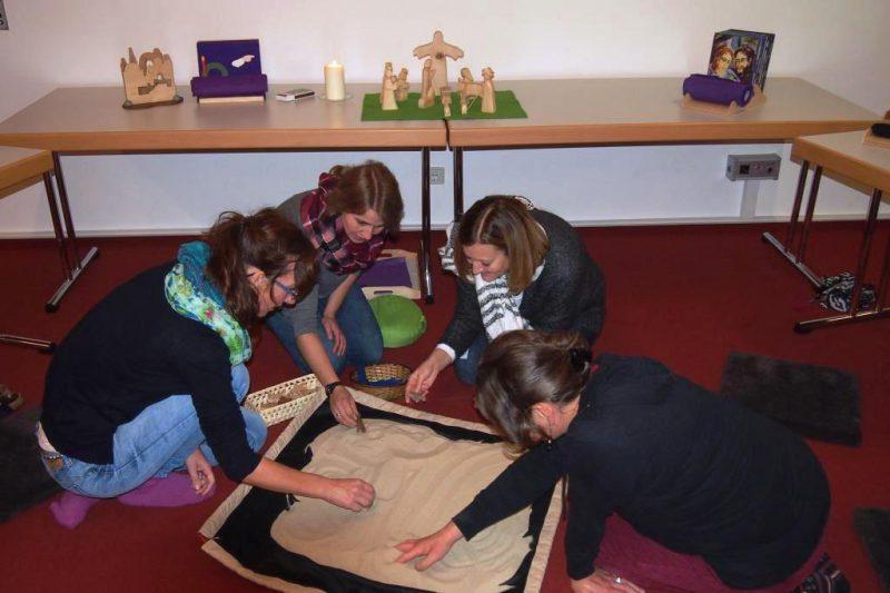 Teilnehmerinnen mit dem Godly-Play-Sandsack