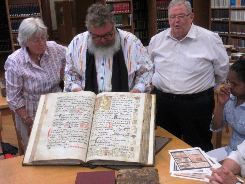 Prof. Schmalor mit Pergamenthandschrift von 1507