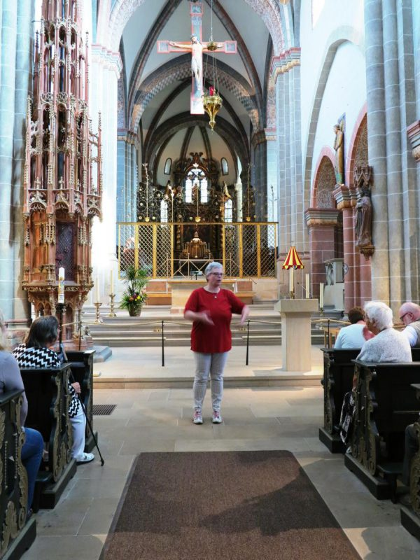 Petra Fölsch führt durch den Dom zu Fritzlar