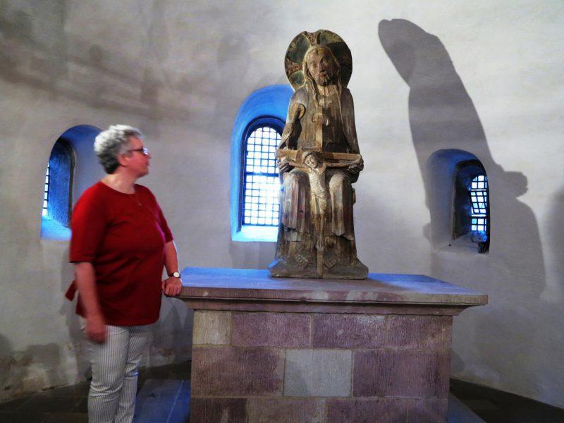 Petra Fölsch erläutert den Gnadenstuhl
