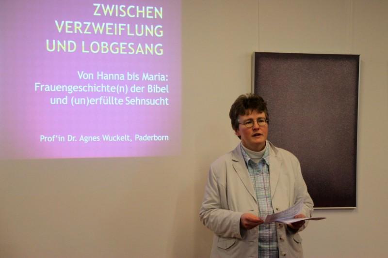 Lic. theol. Dorothee Mann bei der Begrüßung von Prof´in A. Wuckelt