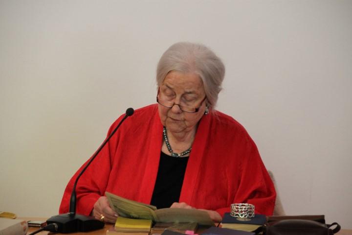 Frau Dr. Heindrichs