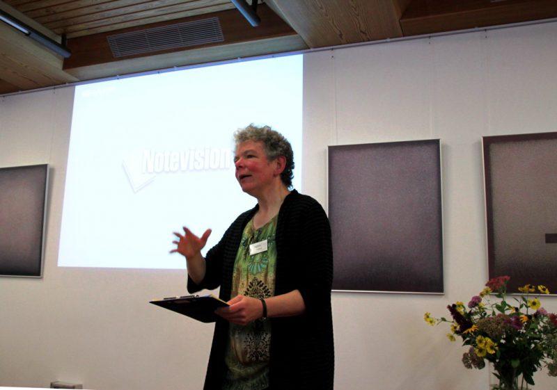 Frau Feldmann begrüßt die Tagungsteilnehmer