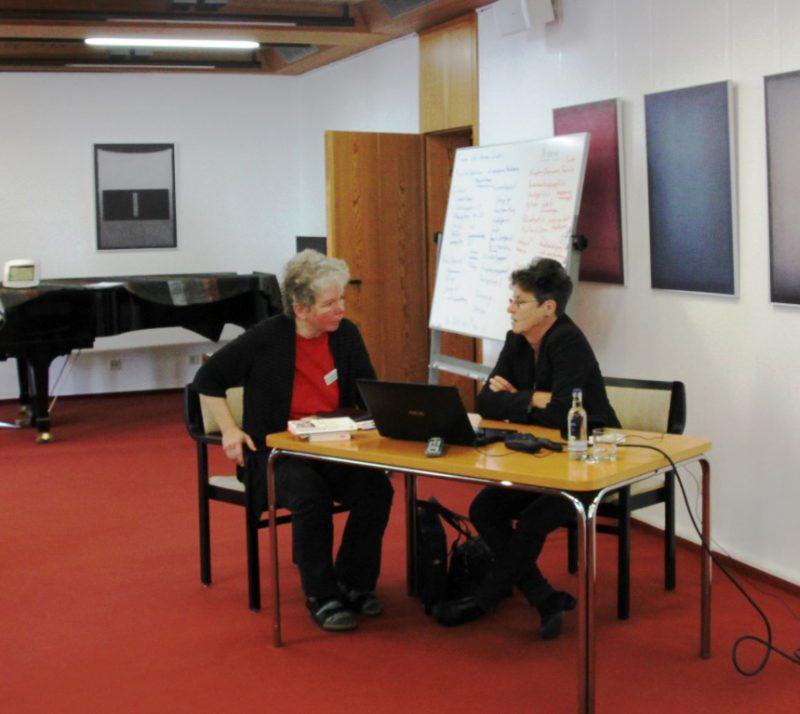 Frau Feldmann und Frau Erös im Gespräch