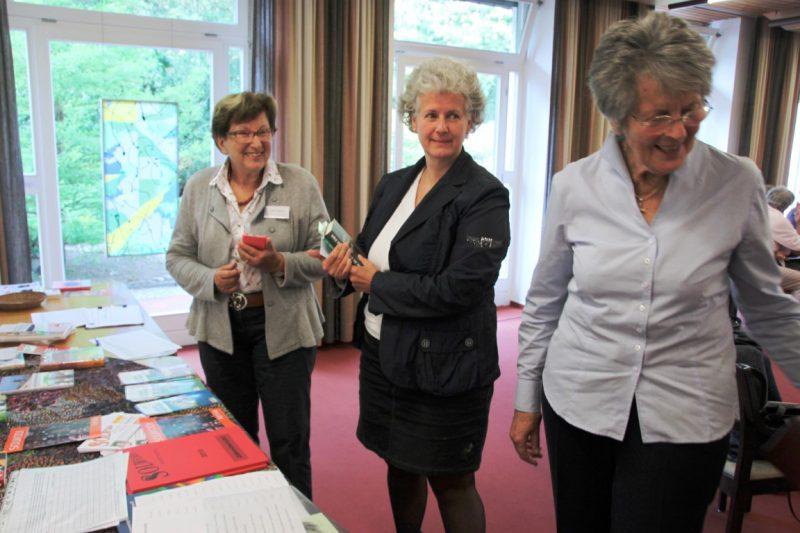 Die Teilnehmer informieren sich am reich geseckten Büchertisch