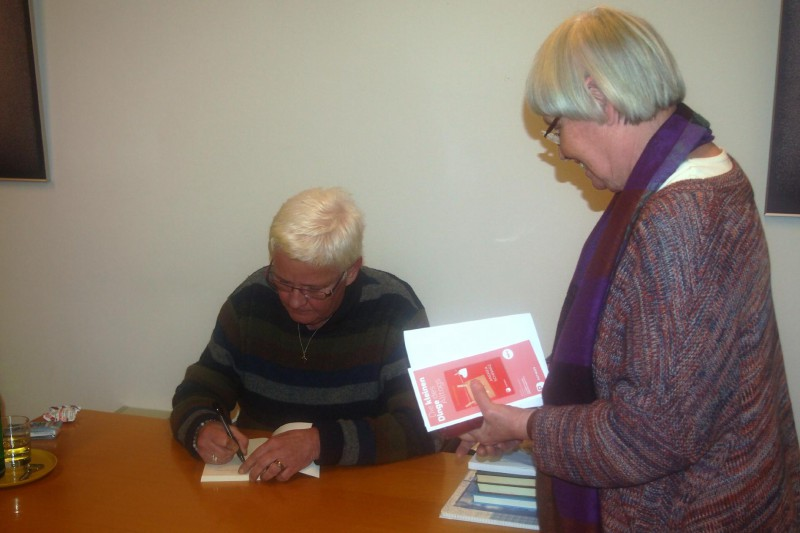 Andrea Schwarz signiert ihre Bücher