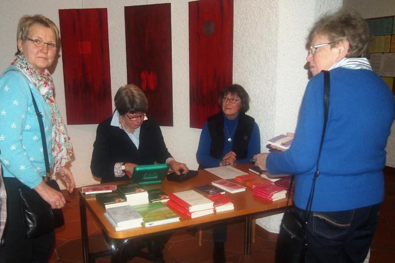 Büchertisch mit Büchern von Andrea Schwarz