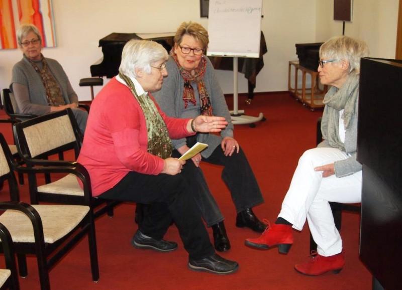 Christel Neudeck im Gespräch mit einer Teilnehmerin