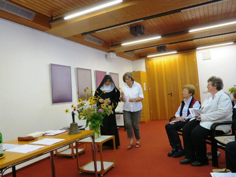 Am Fest der Hl. Hildegard wird Sr. Hildegard Wolters und Hildegard Thust ein Ständchen gesungen