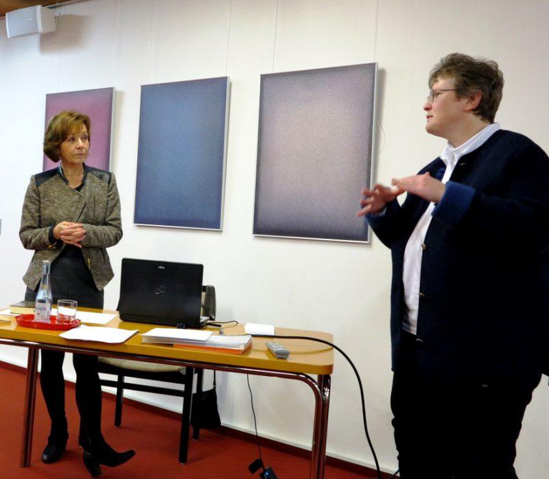 Dorothee Mann, Die Hegge, begrüßt Frau Prof. Agnes Wuckelt