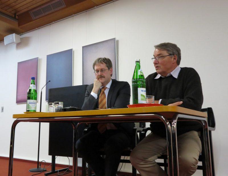 Prof. Dr. jur. Gunnar Duttge stellt sich den Fragen der Zuhörer. (r. Dr. U. Polenz)