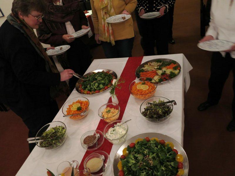 Am Buffet beim feierlichen Abendessen