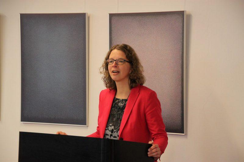 Dr. Anne Kirsch begrüßt die Gäste und Referenten