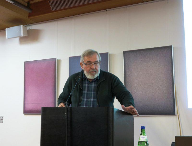 Herr Reif erklärt Baumbepflanzungen an alten Kirchen
