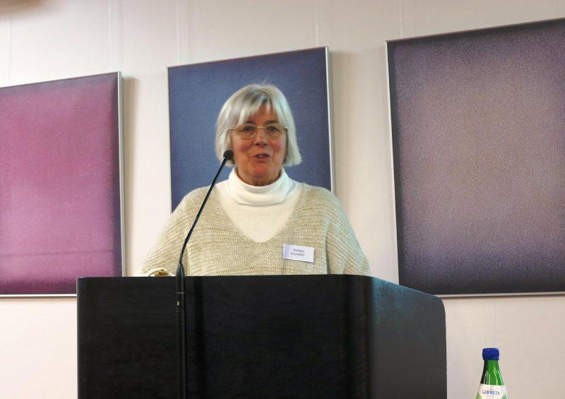 Die Seminarteilnehmerin Frau Barbara Kruhöffer stellt die Strahlenkranzmadonna des Klosters Loccum vor