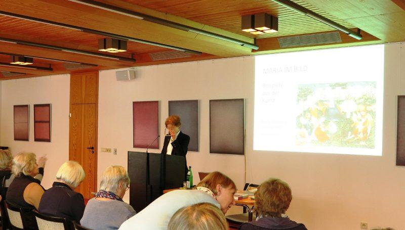 Frau Dr. Anna Ulrich, Die Hegge referiert über Mariendarstellungen in der Kunst