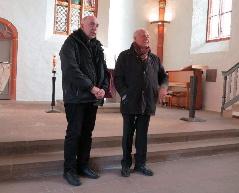 Dr. Ludwig und der Vorsitzende des Fördervereins in Nordshausen begrüßen die Teilnehmer in der alten Klosterkirche
