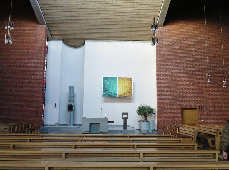 Das Kreuz im Altarraum wird durch das Misereor Hungertuch verdeckt